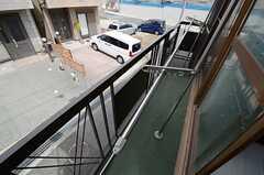 窓からベランダに出られます。(201号室)(2013-03-30,専有部,ROOM,2F)