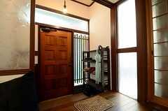 内部から見た玄関まわりの様子。(2013-03-30,周辺環境,ENTRANCE,1F)