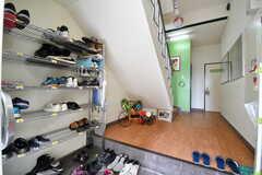 玄関から見た内部の様子。靴箱は専有部ごとにスペースが決められています。(2017-05-17,周辺環境,ENTRANCE,1F)