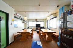 リビングの様子3。ダイニングテーブルが2箇所設置されています。(2017-05-17,共用部,LIVINGROOM,3F)