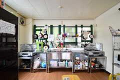 キッチンの様子。シンクとガスコンロが2箇所ずつ設置されています。(2017-05-17,共用部,KITCHEN,3F)