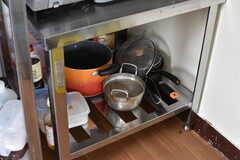 ガスコンロの下には鍋やフライパンが収納されています。(2017-05-17,共用部,KITCHEN,3F)