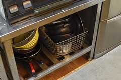 ガスコンロの下にはフライパンや鍋が収納されています。(2017-05-17,共用部,KITCHEN,2F)