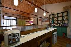 キッチンの対面のカウンターに炊飯器が置かれています。奥が収納棚です。(2017-05-17,共用部,KITCHEN,2F)