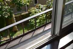 窓辺には植木鉢などを置くスペースも。(202号室)(2015-10-20,専有部,ROOM,2F)