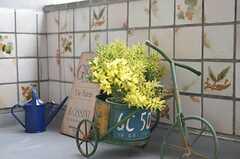 三輪車にはミモザが飾られていました。(2015-03-02,共用部,LIVINGROOM,3F)