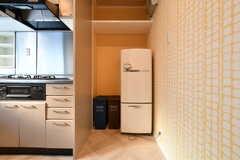 収納棚の対面には冷蔵庫が設置されています。(2018-03-14,共用部,KITCHEN,2F)