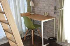 テーブルとイスが設置されています。(401号室)(2018-03-14,専有部,ROOM,4F)