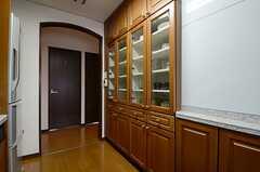 キッチンの対面には食器棚が並んでいます。(2013-03-14,共用部,KITCHEN,6F)