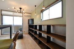 壁面の収納棚は入居者さんがひとり1段ずつ使えます。(2018-01-25,共用部,LIVINGROOM,4F)