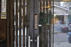 玄関扉の鍵はナンバー式です。。(2013-08-02,周辺環境,ENTRANCE,1F)