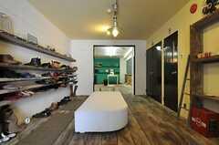 エントランスの様子2。左手には部屋ごとに割り振られた靴棚が設けられています。(2014-03-11,周辺環境,ENTRANCE,1F)
