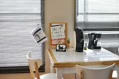 真ん中のテーブルにはコーヒー器具が集まっています。(2014-03-11,共用部,LIVINGROOM,2F)