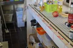 キッチンの棚は、部屋ごとに使えるスペースが割り振られています。(2013-08-02,共用部,KITCHEN,2F)