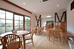 カフェの営業時間中でも、お客さんに配慮くだされば使用できます。(2015-10-12,共用部,LIVINGROOM,1F)