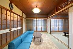 リビングの様子。和室にソファが置かれています。(2016-03-09,共用部,LIVINGROOM,1F)