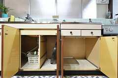 キッチン下は共用の調理道具が置かれています。(2016-03-09,共用部,KITCHEN,1F)