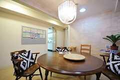 重厚感のあるランプ。奥に見えるアーチの先がキッチンです。(2012-10-01,共用部,LIVINGROOM,4F)