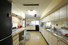 リビング側から見たキッチンの様子。窓際に3口のガスコンロがあります。(2012-10-01,共用部,KITCHEN,4F)