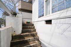 階段を上がって玄関へ。(2013-03-23,共用部,OTHER,1F)