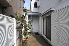 玄関前の様子。右手がリビングの窓です。(2013-03-23,周辺環境,ENTRANCE,1F)