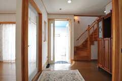 内部から見た玄関周辺の様子。(2013-03-23,周辺環境,ENTRANCE,1F)