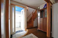 内部から見た玄関周辺の様子2。(2013-03-23,周辺環境,ENTRANCE,1F)