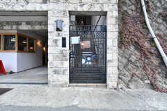 門扉の先は階段です。(2019-02-13,周辺環境,ENTRANCE,1F)