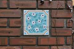 庭の壁にはかわいらしいタイルが飾られています。(2019-02-13,共用部,OTHER,3F)