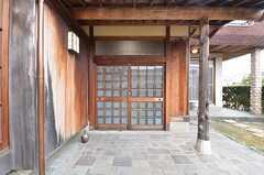 玄関の様子。夜間は内側から鍵がかかるため、裏口を使用します。(2015-02-03,周辺環境,ENTRANCE,1F)