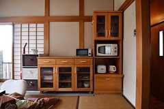 キッチンの対面は収納棚です。収納棚に電子レンジが置かれています。(2017-02-07,共用部,KITCHEN,2F)