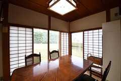 コミュニティスペースの様子3。掃き出し窓から庭へ出られます。(2017-02-07,共用部,LIVINGROOM,1F)
