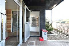 玄関脇には専有部ごとにポストが設置されています。(2016-12-12,周辺環境,ENTRANCE,1F)