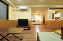 ソファの対面には共用のTVが置かれています。奥には水まわり、キッチンがあります。(2012-09-14,共用部,LIVINGROOM,1F)