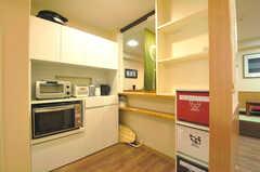 元受付スペースの裏側には、キッチン家電やアイロン台などが置かれています。(2012-09-14,共用部,OTHER,1F)