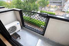窓の外にはベランダがあります。ちょうど物干し器具を置くスペースとしてぴったり。(205号室)(2012-09-14,専有部,ROOM,2F)