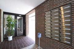 玄関の様子。ポストは専有部ごとに用意されています。(2016-05-24,周辺環境,ENTRANCE,1F)