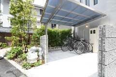 駐輪場の様子。屋根付きです。(2016-05-24,共用部,GARAGE,1F)