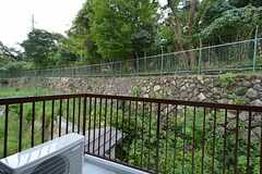 ベランダの様子。石垣の上は関学の敷地です。(201号室)(2015-09-01,専有部,ROOM,1F)