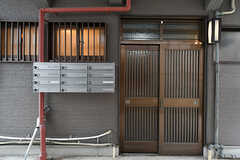 シェアハウスの1階玄関。郵便受けは専有部ごとに設置されています。(2017-06-06,周辺環境,ENTRANCE,1F)