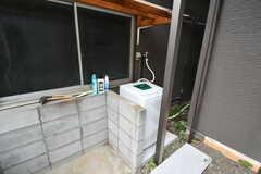 屋外に設置された洗濯機。(2017-06-06,共用部,LAUNDRY,1F)