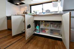 シンク下には収納ボックスが設置されていて、専有部ごとに使えるスペースが決まっています。(2018-09-11,共用部,KITCHEN,1F)