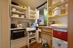 食器棚の様子。電子レンジ、炊飯器、トースターが設置されています。(2018-09-11,共用部,KITCHEN,1F)
