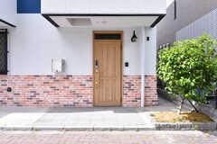 玄関ドアの様子。(2019-05-29,周辺環境,ENTRANCE,1F)