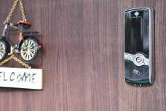 玄関の鍵はナンバー式のオートロックです。(2017-12-11,周辺環境,ENTRANCE,1F)