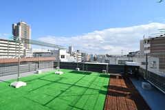 屋上では物干しができます。水場もありBBQなどもOKだそう。(2017-12-11,共用部,OTHER,5F)