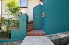 玄関へは階段を上ります。(2013-09-20,周辺環境,ENTRANCE,1F)