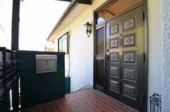 シェアハウスの玄関ドアの様子。(2013-09-20,周辺環境,ENTRANCE,2F)