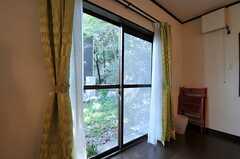 掃出窓からは庭に出られます。(2013-09-20,共用部,LIVINGROOM,2F)