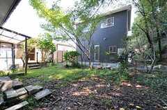 庭の様子。入居者さんの希望があれば、家庭菜園なども検討できるのだそう。(2013-09-20,共用部,LIVINGROOM,2F)